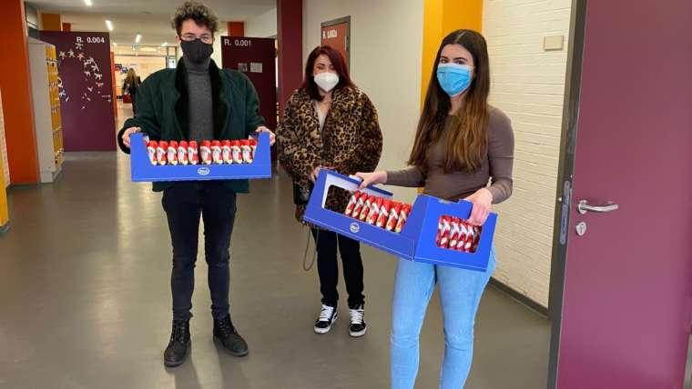 Persönliche Grüße, Desinfektionsmittel, 150 Decken und vieles mehr – Spendenübergabe am Humboldt